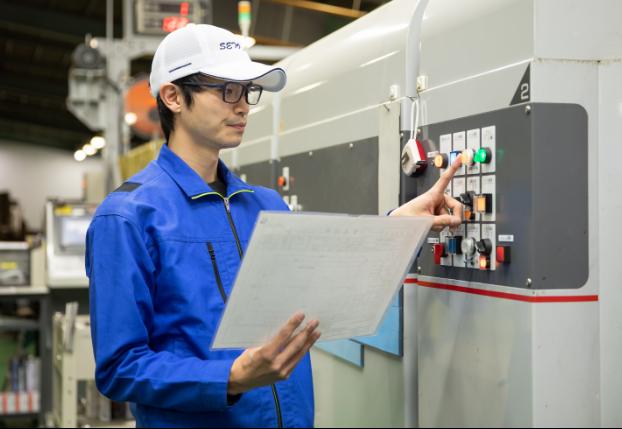 設計と作業計画に基づき、資材を準備し機械を操作